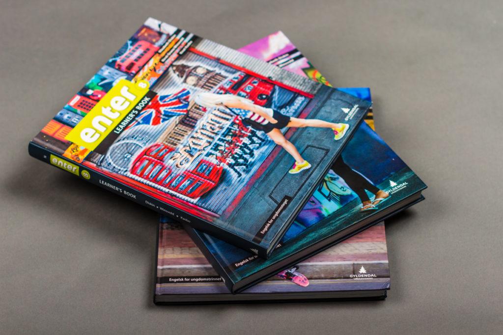 En stabel med engelskbøker for ungdomstrinnet. Foto.
