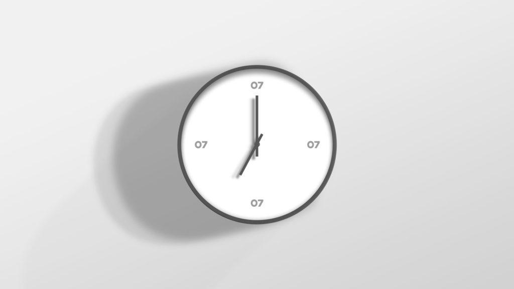 Et veggur med identitetsdesign fra 07. 07 logo i stedet for tallene 3, 6, 9 og 12. Illustrasjonsbilde.