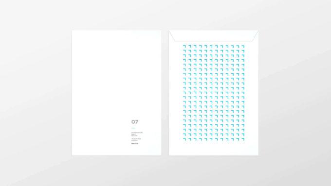 Tosidig, stående konvolutt med 07´s trykk, logo og adresse nede i høyre hjørnet foran, og 07's blå profilklammer på hele baksiden. Illustrasjon.