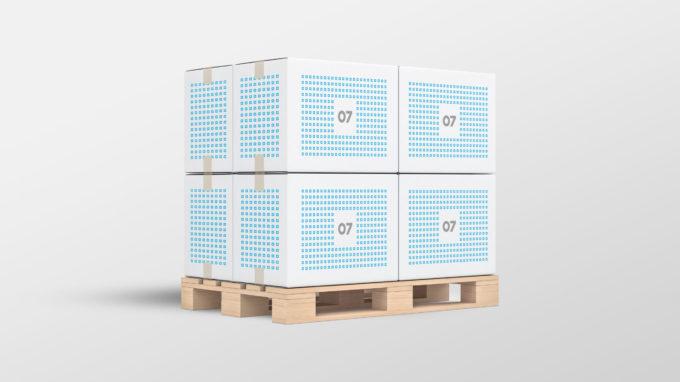 En illustrasjon av hvordan lager og logistikk kan se ut på 07 Media; en pall med 8 pappkasser med 07s merkevare. Illustrasjonsbilde.