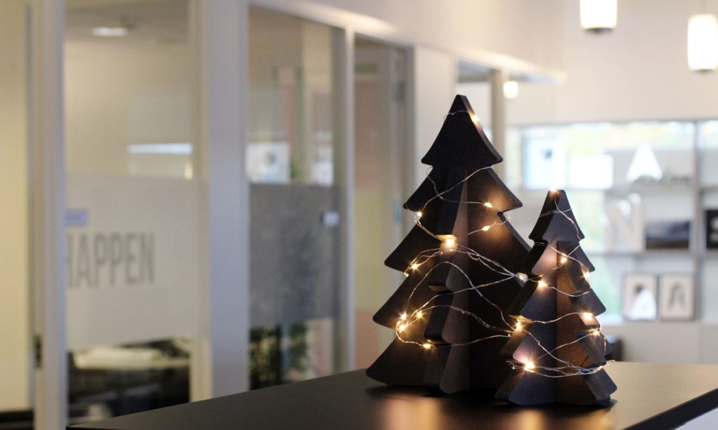 Skap julestemning på kontoret med dekorative trykksaker!
