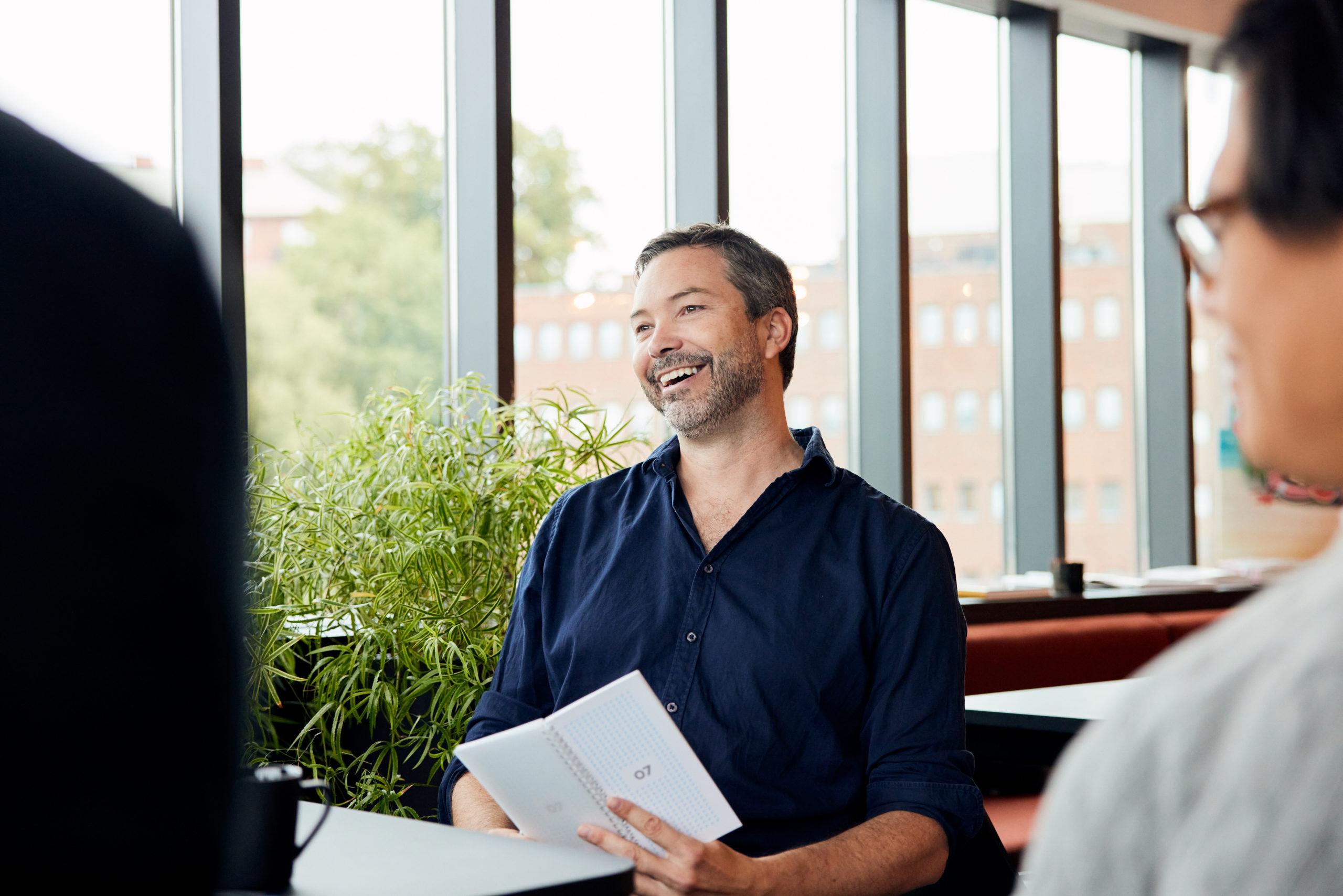 Illustratør i møte med kollegaer inne. Illustrasjonsbilde.